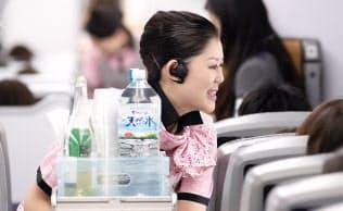客室乗務員は片耳にBluetoothイヤホンマイクを装着する(写真提供:全日本空輸)
