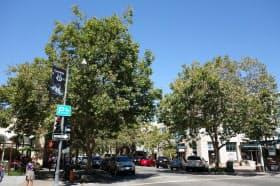 スタンフォード大学の中心を通るUniversity Ave。多くのベンチャー企業のオフィスが居を構える。右側の角のオフィスはフェイスブックの最初のオフィスでもあった(筆者撮影)