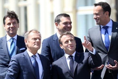 マクロン仏大統領(前列右)とトゥスク欧州連合(EU)大統領(前列左)ら(9日、ルーマニア・シビウ)=ロイター首脳