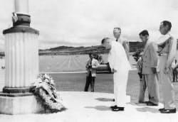 ホノルルの国立太平洋記念墓地で献花する吉田茂=毎日新聞社提供