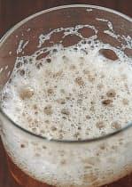 上から見ると、汚れたグラスのビールは泡のキメが粗く、気泡に大小がある
