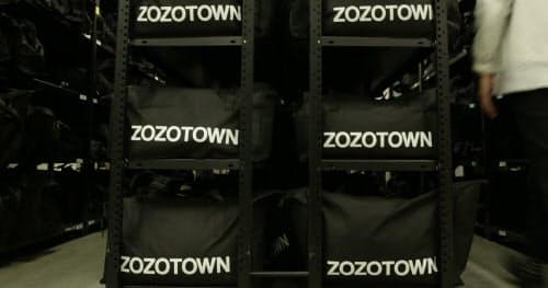 ZOZOの物流センターで働くアルバイトは、「ゾゾタウン」で細かいサイズを表示するための採寸や撮影、発送などを担っている
