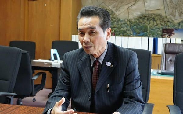 インタビューに応じる静岡県小山町の池谷晴一町長(14日、同町役場)