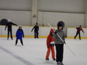障害者にスケートを教えたこともある(右から2人目が大津)