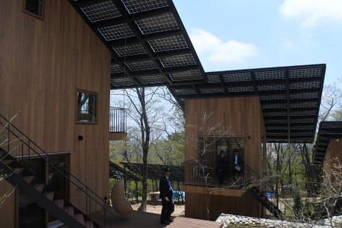 宿泊施設4棟の上に太陽光パネルを設置(出所:日経BP)