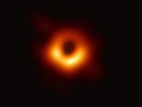 EHTが観測したM87銀河の中心にあるブラックホールシャドウ(写真・EHT Collaboration)