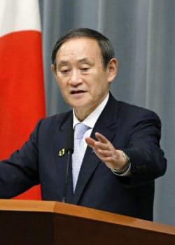 記者会見する菅官房長官(17日午後、首相官邸)=共同