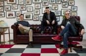 エアビーアンドビーの3人の共同創業者。中央がブライアン・チェスキー最高経営責任者(CEO)