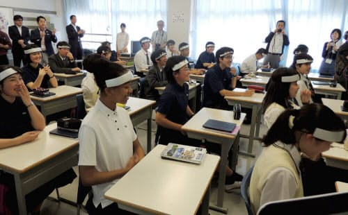 生徒の頭にセンサーを取り付けて授業中の脳の活動具合を計測する