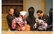 浄瑠璃を語る太夫、三味線、人形遣いの三業が文楽の舞台を作り出す。人形遣いは3人で一つの人形を動かす。世界的にも珍しい方法だ (撮影:竹井俊晴)