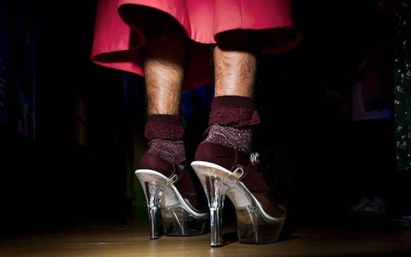 米ボストン美術館で開催中の「異性装」展は、ファッション界で性差流動性を受け入れつつあることを象徴している。写真は、ハイヒールを履いて展覧会を訪れた人(PHOTOGRAPH BY DINA LITOVSKY)