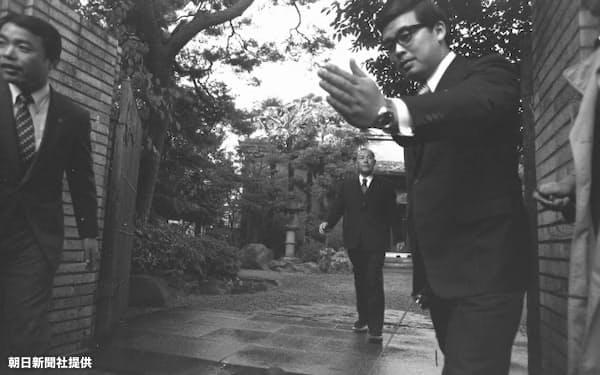 退陣表明した田中角栄首相=朝日新聞社提供