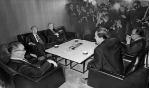 後継総裁に三木武夫(右)を指名した椎名副総裁(左)=朝日新聞社提供