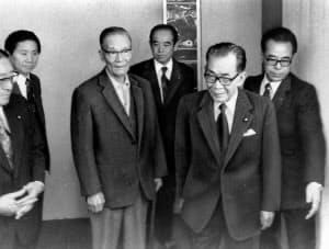 椎名副総裁(左から3番目)にあいさつする三木新総裁(右)=朝日新聞社提供