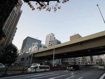 都心部で首都高速道路と接続するKK線の京橋ジャンクション付近(写真:日経コンストラクション)