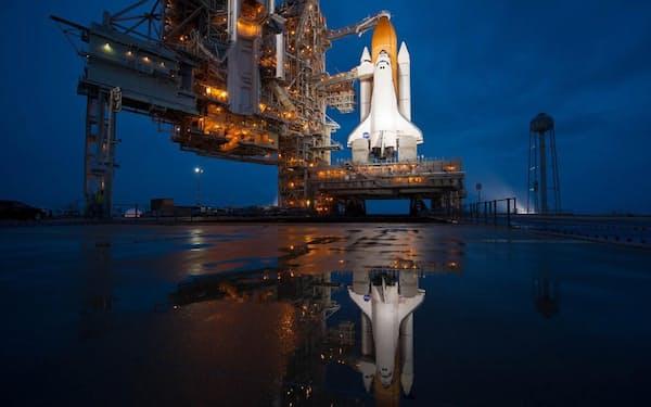 2011年7月7日、スペースシャトル計画の最後のフライトを前に待機する「アトランティス号」(PHOTOGRAPH BY NASA/BILL INGALLS)
