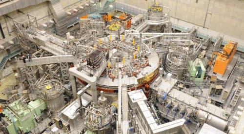 核融合科学研究所の実験装置、大型ヘリカル装置(LHD)の実験室内部。中心の丸い部分がLHD本体(出所:核融合科学研究所)