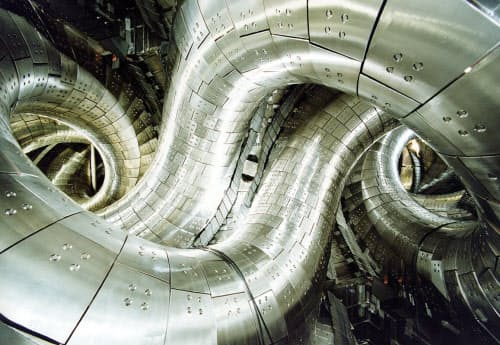 LHDのプラズマ真空容器内部(出所:核融合科学研究所)