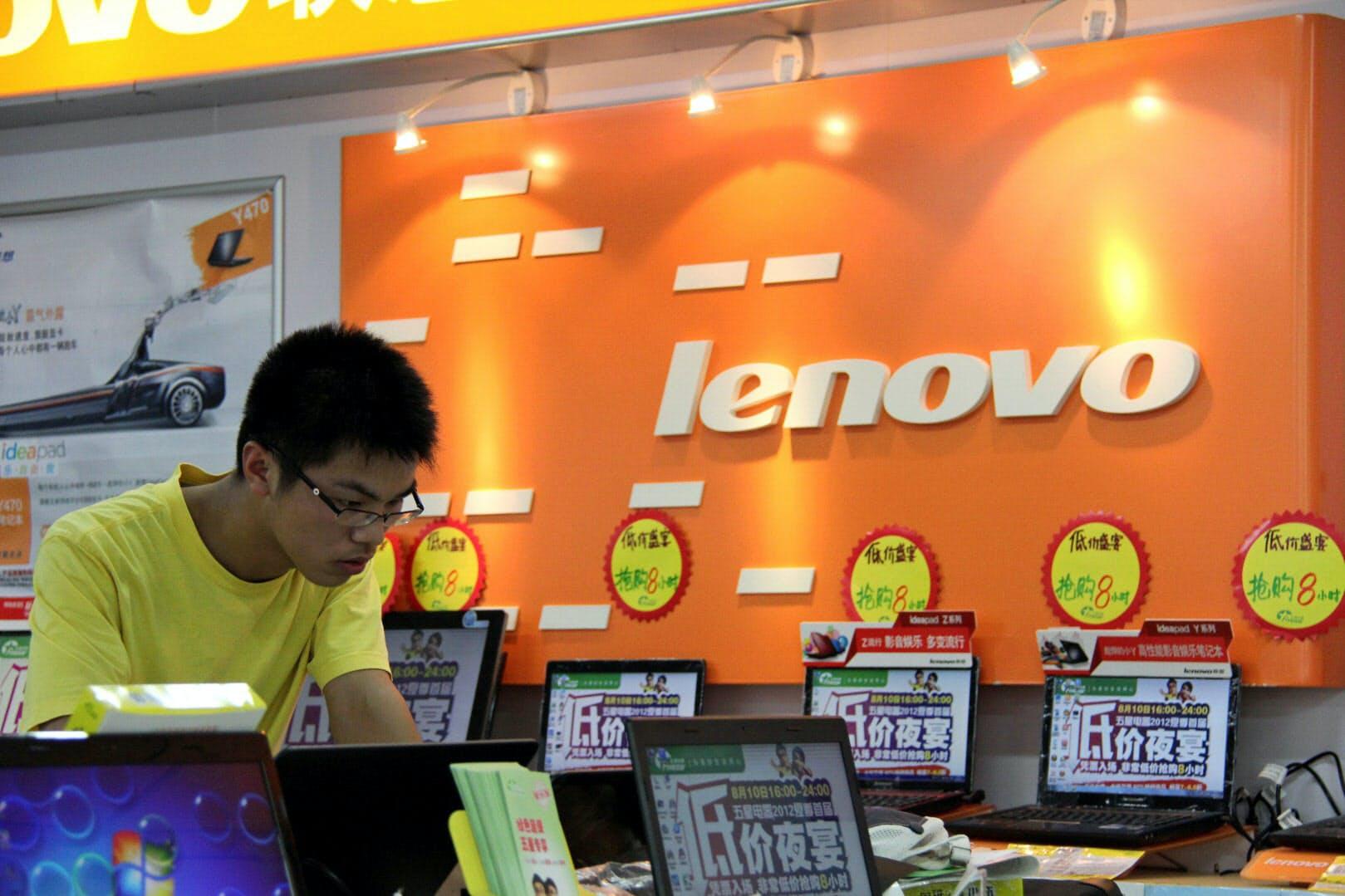 レノボ・グループはパソコンの世界シェアで1位を目指す(中国の店舗)=AP