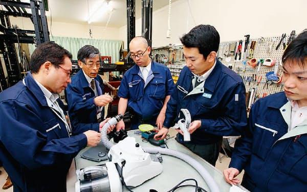 写真1 東京本部の一室で、家電製品の技術評価を実施しているところ(写真:北山宏一、以下同じ)