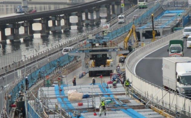 右が上り線の迂回路、左は既設の下り線。左奥は東京モノレールだ(写真:首都高速道路)