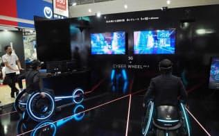 遠くにいる人同士で車いすレースを楽しめる「VR車いすレース」。VRゴーグルを装着し、近未来の映像で迫力あるレースを体感できる