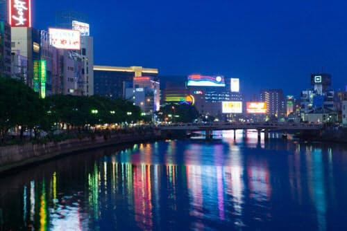 西日本最大の歓楽街、中洲エリア。フーターズは1年余りで福岡店の撤退を迫られた(写真=アフロ)