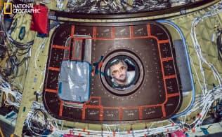 ボーイング社が開発した宇宙船、CST-100スターライナーに部品を取り付ける技術者。この宇宙船は帰還時に水面ではなく、陸上に降りる仕様で、減速用パラシュートと衝撃を和らげるエアバッグが装備されている。国際宇宙ステーションまで最大5人を運び、最高10回まで再利用可能。有人テスト飛行は2019年後半の予定だ(PHOTOGRAPH BY DAN WINTERS)