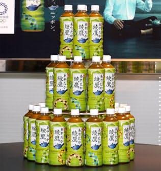 東京オリンピック・パラリンピックの公式緑茶をアピールする新デザインボトルは、大会エンブレムを4色で表現している