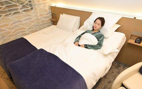 「眠りへの最適解」を追求したベッドを奈津子さんが実際に眠って体験した
