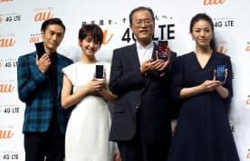 図1 発表会はCMキャラクターが登場。左から俳優の伊勢谷友介さん、女優の剛力彩芽さん、KDDIの田中氏、女優の井川遥さん