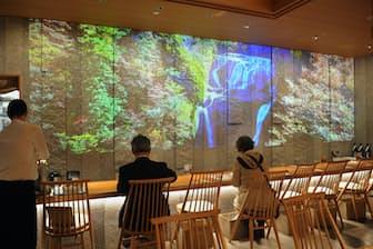 茨城県の名所を紹介する映像が流れるレストラン「ばらダイニング」(東京・銀座のIBARAKI sense)=渡辺 信雄撮影