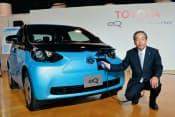 2012年12月に発売する小型電気自動車「eQ」と内山田竹志副会長。近距離走行やフリート用途での利用を想定する