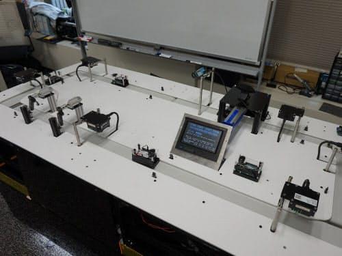 デジタル工場の生産ラインを模したデモ機
