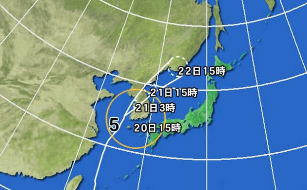 黄円の範囲は風速15m/s以上の強風域、白の点線は予報円(C)weathernews