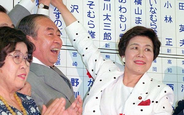 バラをつける土井委員長(89年7月23日)=共同