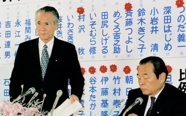記者会見に臨む村山首相(95年7月24日)=共同