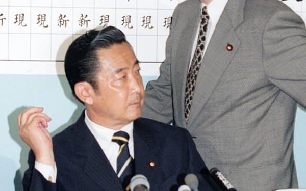 厳しい表情の橋本首相(98年7月12日)=共同