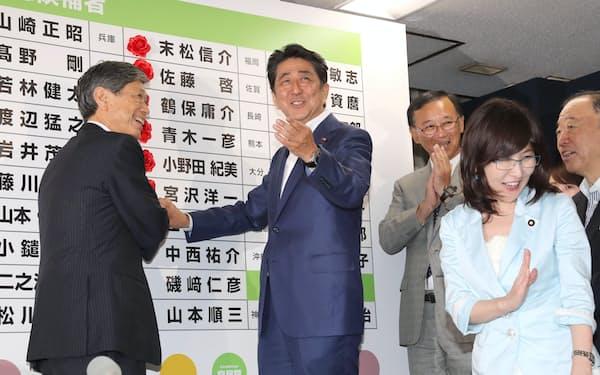 笑顔の安倍首相(16年7月10日)