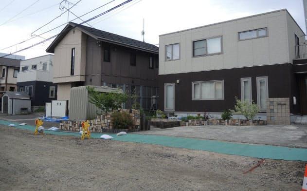 札幌市清田区里塚地区の住宅地。地震による不同沈下が、盛り土した宅地に集中した。販売時は切り土と説明されていた(写真:日経 xTECH)