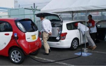 図8 菊水電子工業の急速充電器搭載ワゴン。三菱自動車の「i-MiEV」に充電しているところ