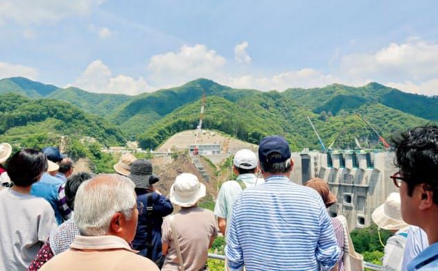 八ツ場ダムの見学ツアーに記者が参加。予約不要の「ぷらっと見学会」には、平日でも50人前後が集まる。写真はダムの上流側から撮影(写真:日経コンストラクション)