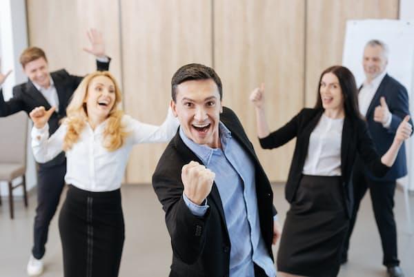 米グーグルがまとめた「最高のマネジャーになるための8つの習慣」は「よいコミュニケーターであれ。そしてチームの声を聞け」と説く。 写真はイメージ=PIXTA