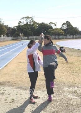 池田久美子(右)は高田に自身の体を触らせながら跳び方を教えた