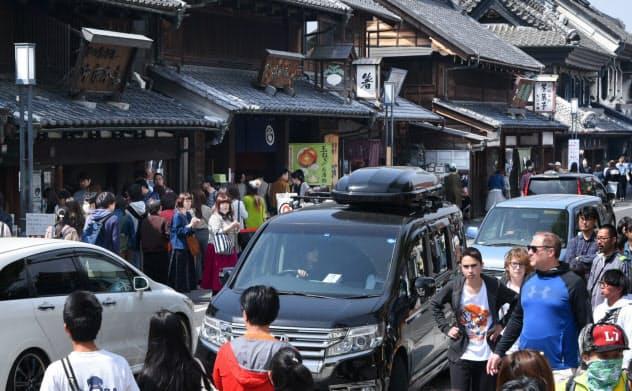 訪日客の増加に伴い、オーバーツーリズムへの懸念が高まる(埼玉県川越市の蔵造りの町並み)