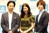 DeNAの守安功社長(左)はLINE対抗「comm」の計画を上方修正。テレビCMに女優の吉高由里子さん(中央)を起用した(14日、東京都渋谷区)