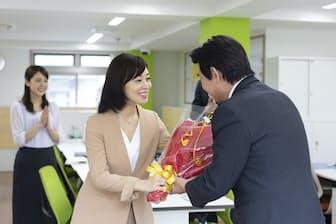 退職金を受け取って、転職の動きを鈍らせてしまう人が珍しくない。写真はイメージ=PIXTA