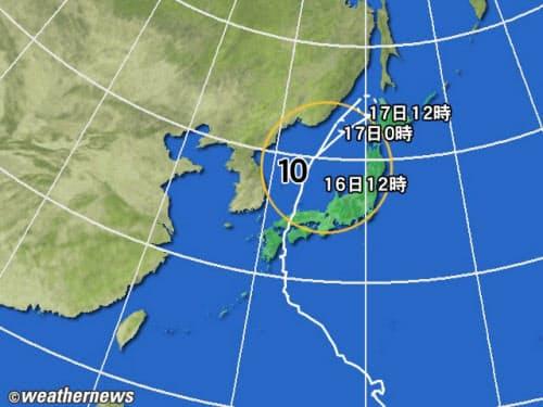 黄円の範囲は風速15m/s以上の強風域。白の点線は台風の中心が到達すると予想される範囲