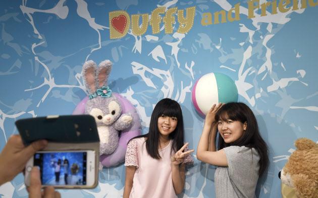 映えるイベント「ビニールミュージアム」で、写真に写る姉妹(東京都渋谷区のSHIBUYA109)