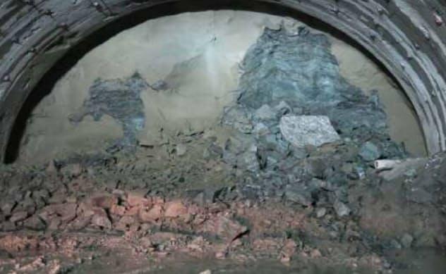 想定以上にもろい地盤の影響で、トンネル内で崩落が発生した。2017年7月撮影(写真:国土交通省甲府河川国道事務所)
